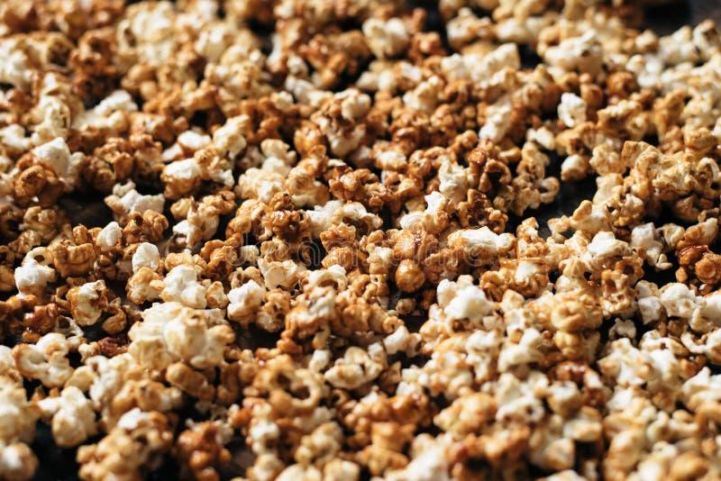 Hög av nytt popcorn som en bakgrund royaltyfri bild
