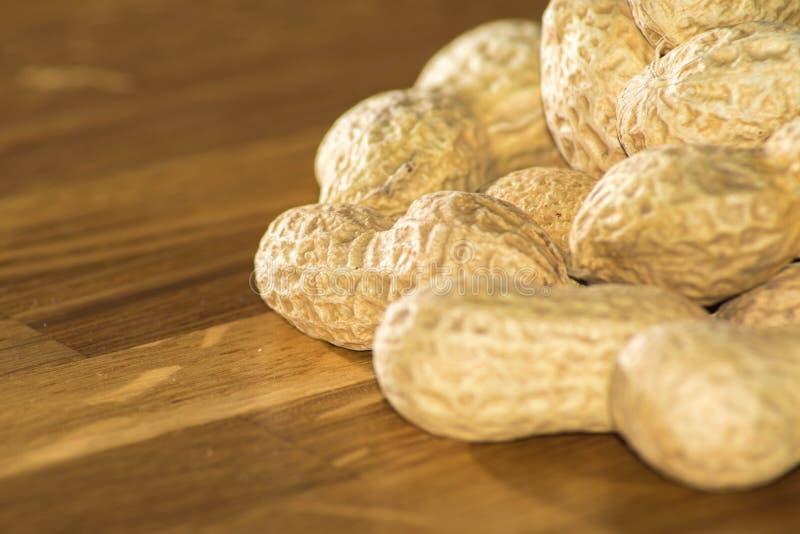 Hög av oöppnade jordnötter royaltyfri foto