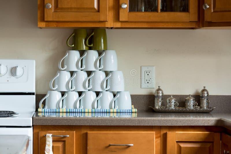 Hög av oanvända kaffekoppar på köket fotografering för bildbyråer