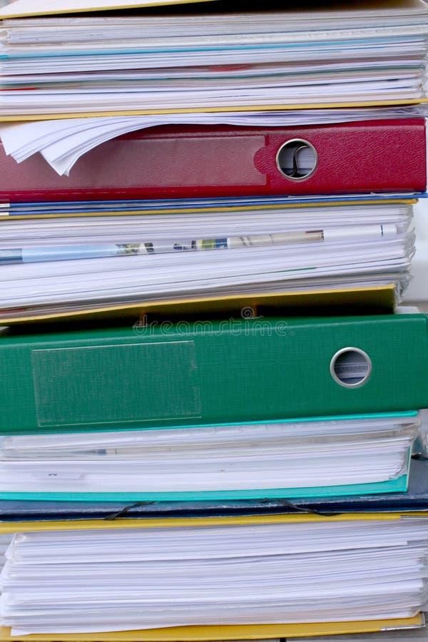 Hög av olika mappmappar eller cirkellimbindningar mycket med kontorsdokument royaltyfria foton