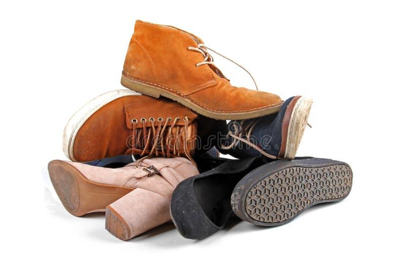 Hög av olika skor som isoleras på vit royaltyfria foton
