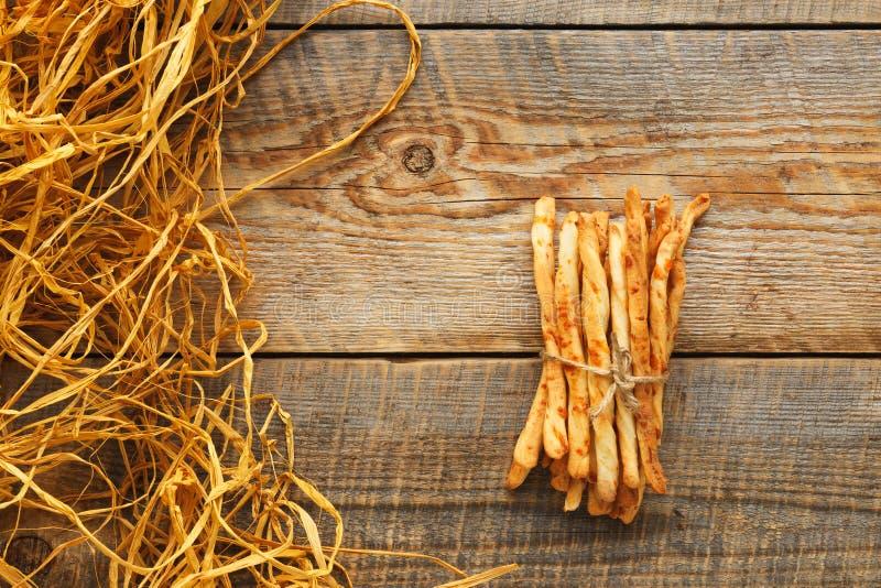 Hög av pinnar för hemlagat bröd på trätabellen med sugrör royaltyfri foto