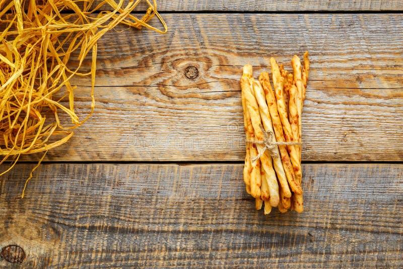 Hög av pinnar för hemlagat bröd på trätabellen med sugrör arkivbilder