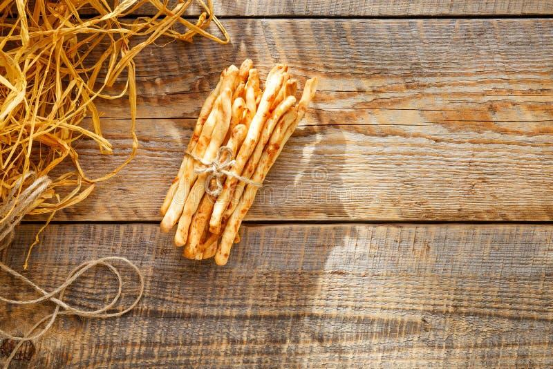 Hög av pinnar för hemlagat bröd på trätabellen med sugrör royaltyfri fotografi