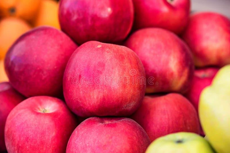 Hög av röda äpplen på utomhus- marknad arkivfoton