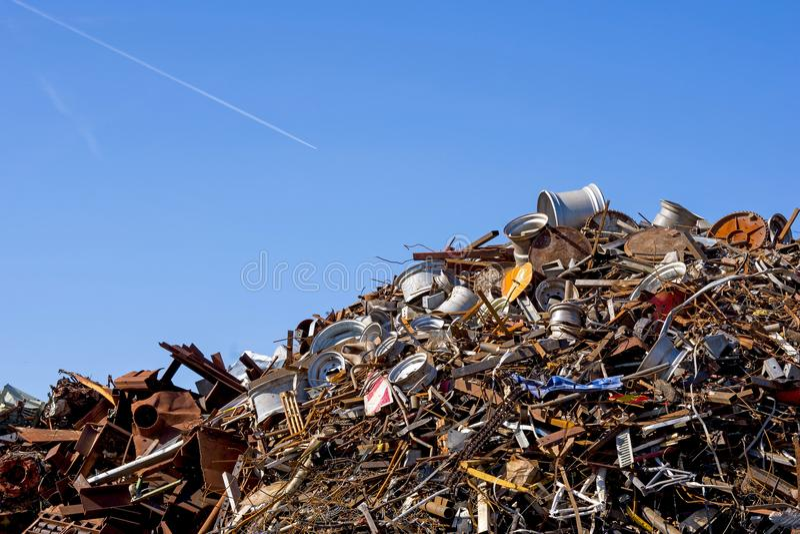 Hög av restmetall som lagras för återanvändning arkivfoton