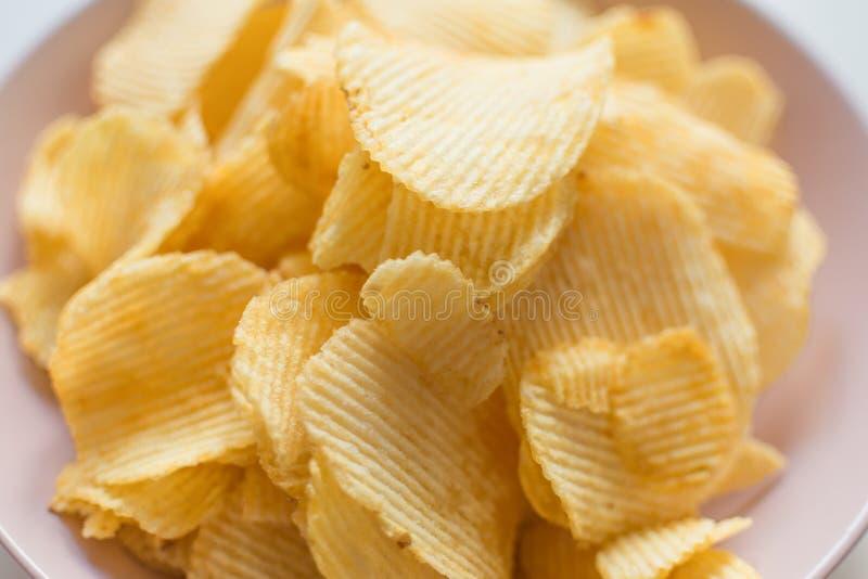 Hög av ribbat chips arkivfoton