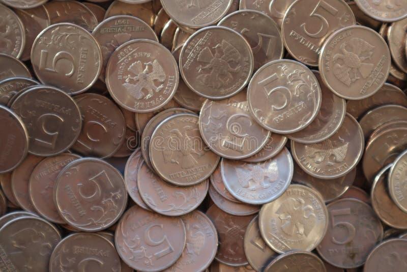 Hög av Ryssland mynt fem rubel royaltyfri fotografi