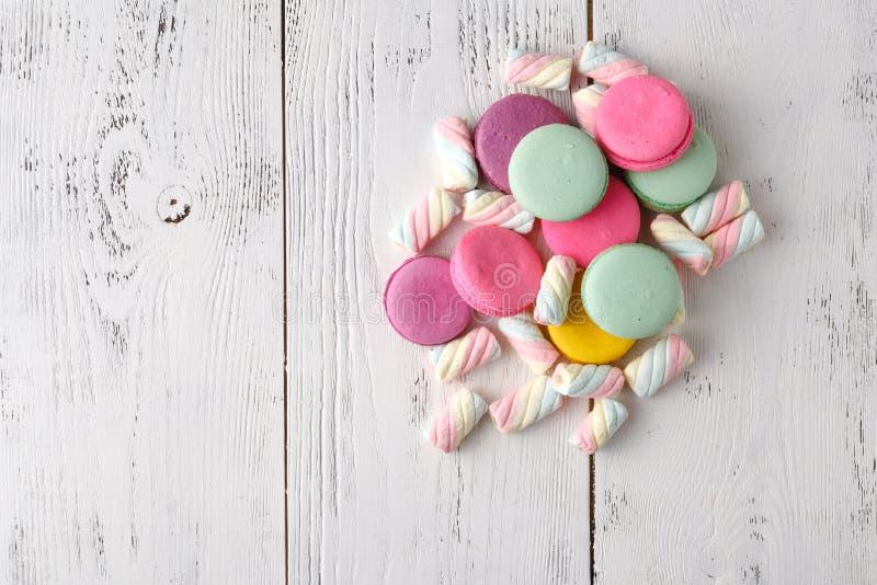 Hög av sötsaker på tabellhörn arkivfoton