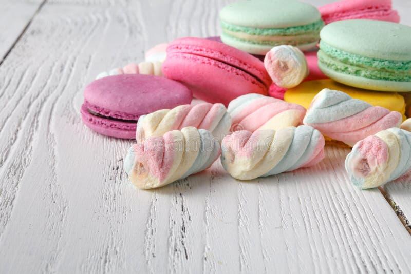 Hög av sötsaker på tabellhörn royaltyfri fotografi