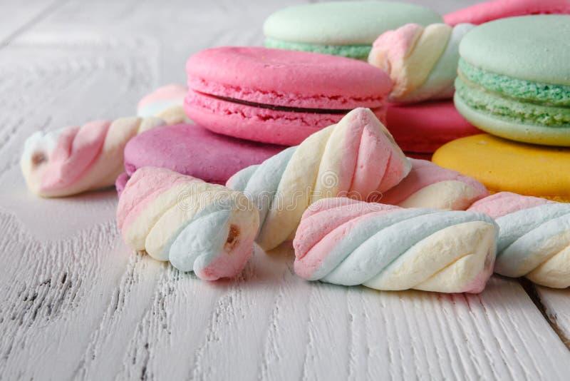 Hög av sötsaker på vit bakgrund arkivfoton