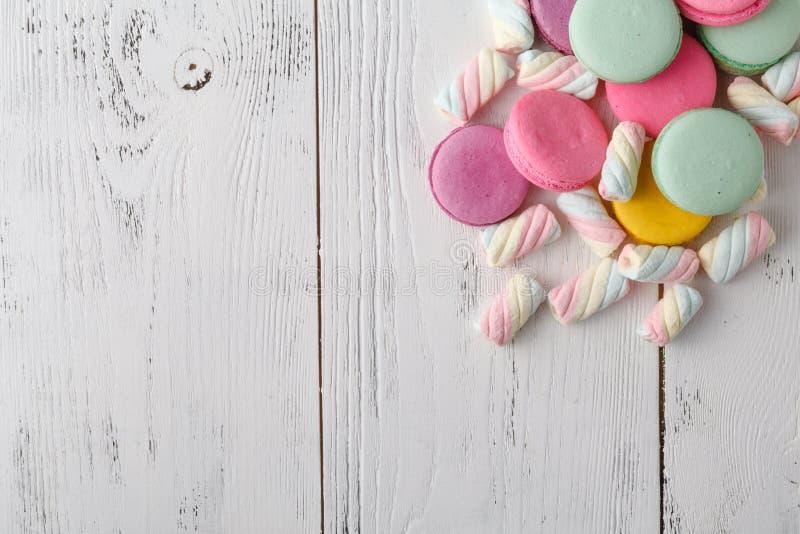Hög av sötsaker på vit bakgrund arkivbilder