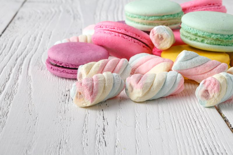 Hög av sötsaker på vit bakgrund fotografering för bildbyråer