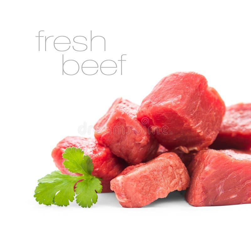 Hög av saftiga nötköttkuber som isoleras royaltyfri bild