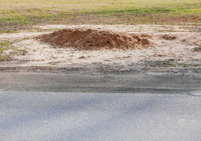 Hög av sand på fältet arkivfoto