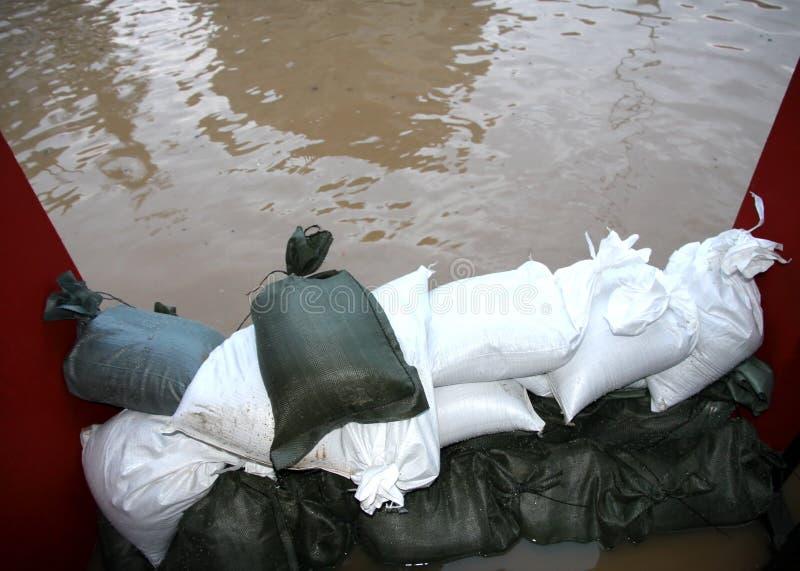 Hög av sandsäckar i försvar från vattnet royaltyfria foton