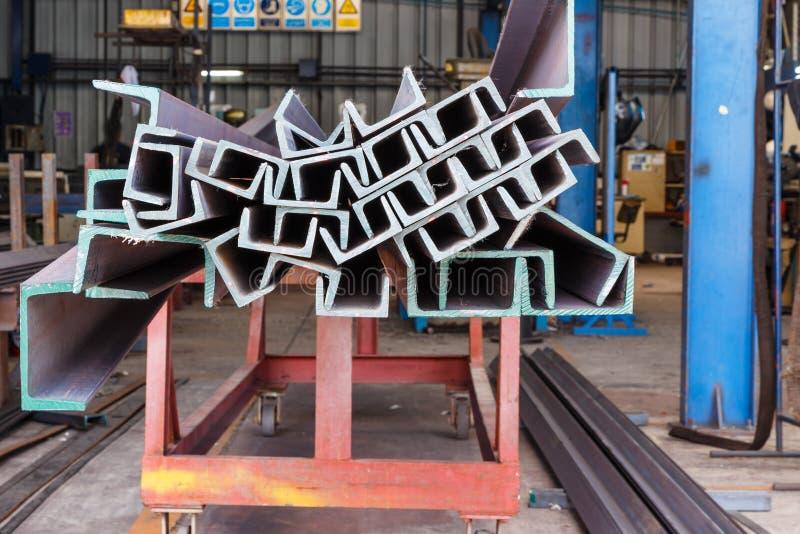 Hög av stål för U-formstråle i fabrikshylla fotografering för bildbyråer