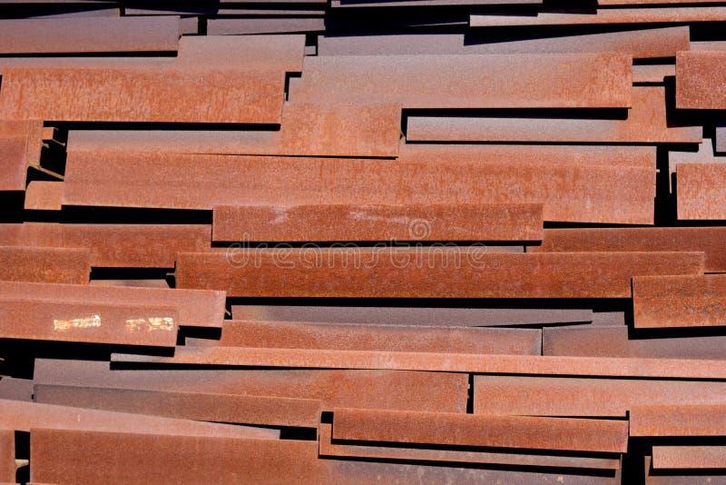 Hög av strålar för restmetall som lagras för återanvändning royaltyfri foto