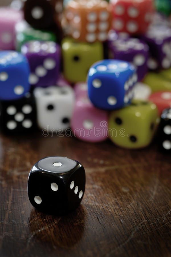 Hög av tärning för att spela dobbleri och att spela lekar av möjligheten royaltyfri bild