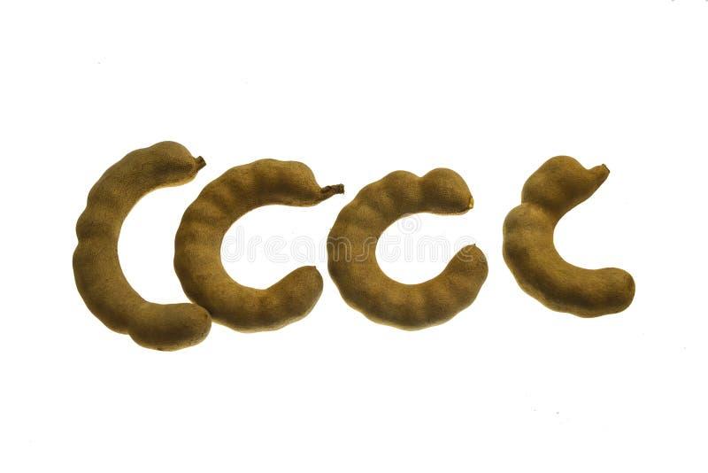 Hög av tamarindfrukt Söta mogna tamarindfrukter på den wood skärbrädan fortfarande på träbakgrund arkivfoto