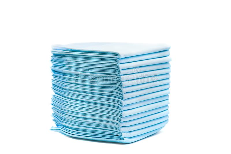 Hög av toalettblöjor för husdjur som isoleras på vit hem- absorberande handdukar för djur arkivfoton