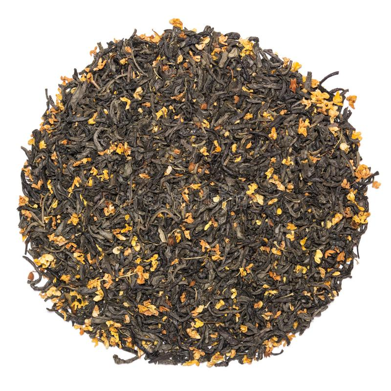 Hög av torrt grönt te med osmanthusen som isoleras på vit backgroun royaltyfria bilder