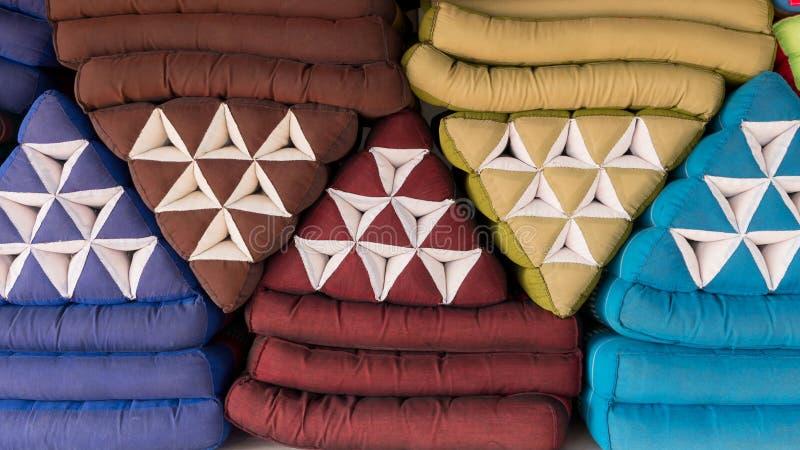 Hög av triangulära kuddar för thailändsk stil arkivbilder