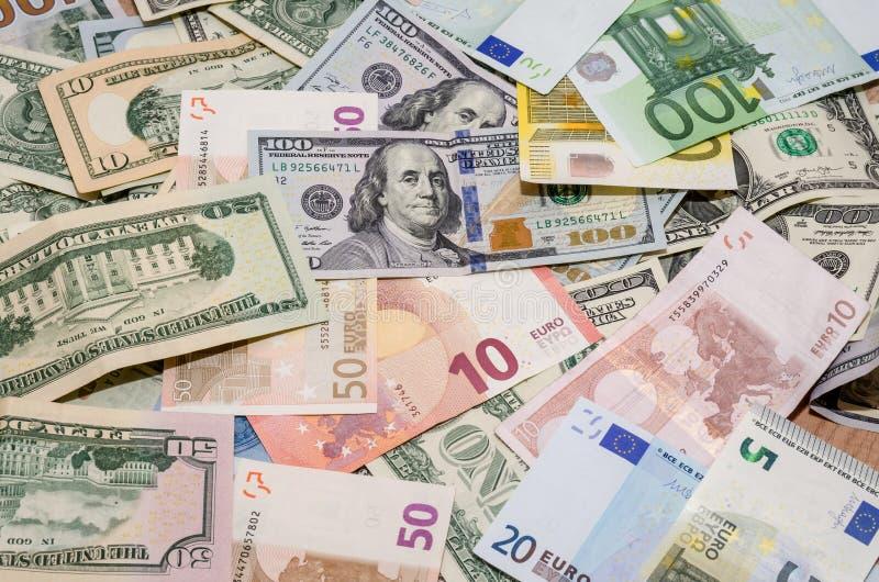 Hög av två ledande valutor - för US dollar euro kontra arkivbild