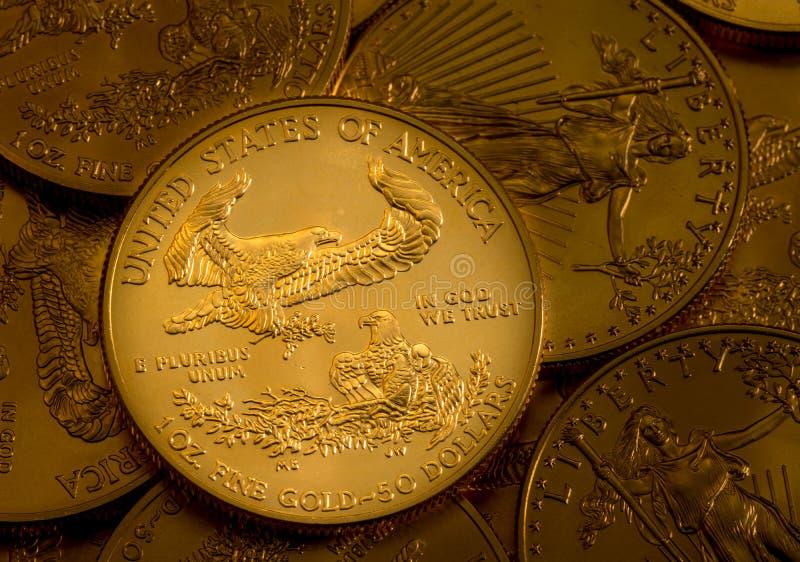 Hög av USA-kassan guld- Eagle ett uns mynt royaltyfri bild