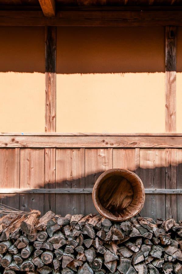 Hög av vedträt på Boso inget museum Mura för öppen luft, Chiba, Japan arkivfoto