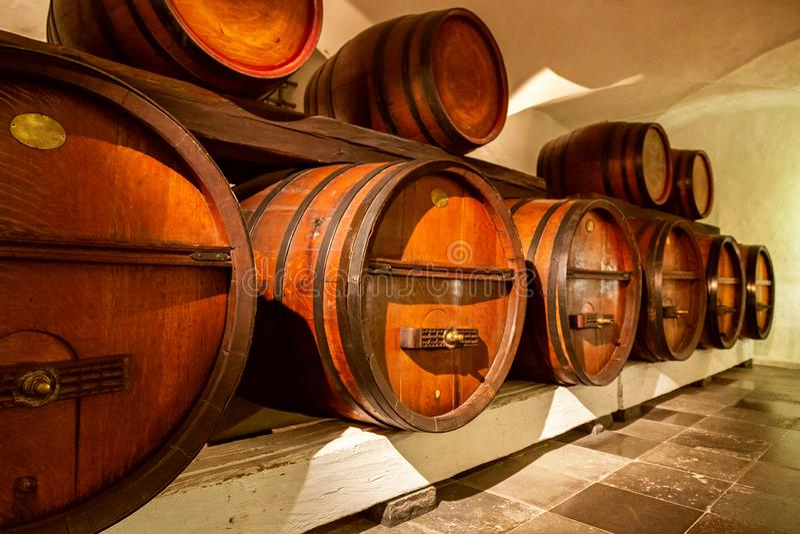 Hög av vinfat i en vinkällare arkivfoton