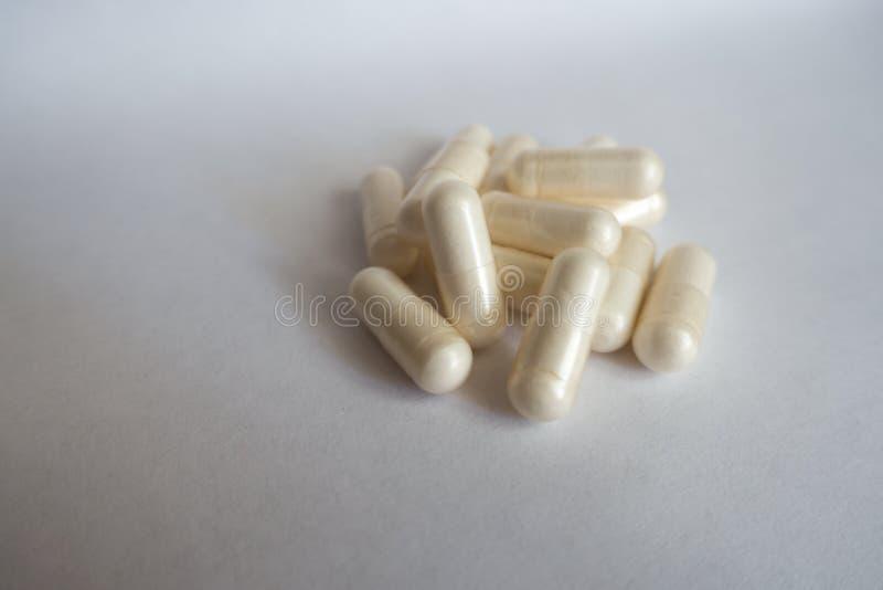 Hög av vita kapslar av AcetylL-Carnitine fotografering för bildbyråer