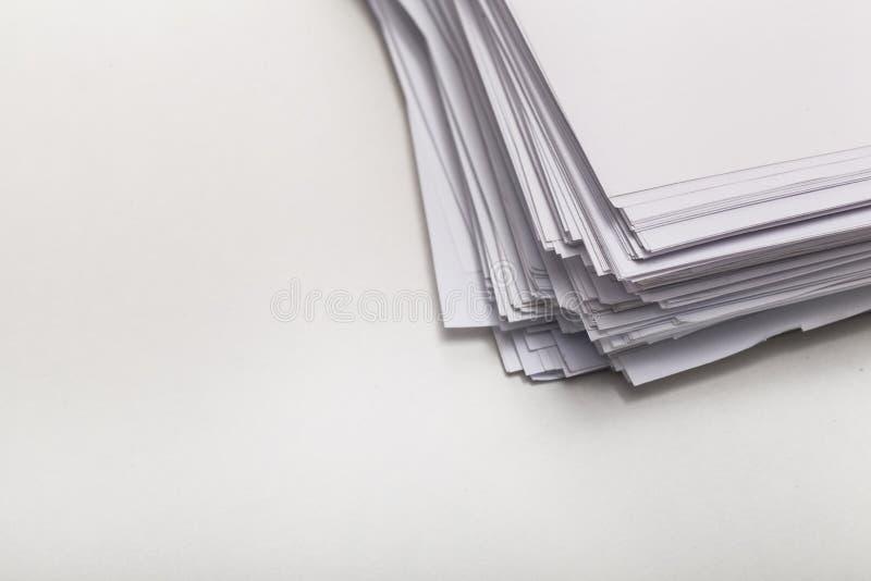 Hög av vitböcker som isoleras på vit royaltyfri bild