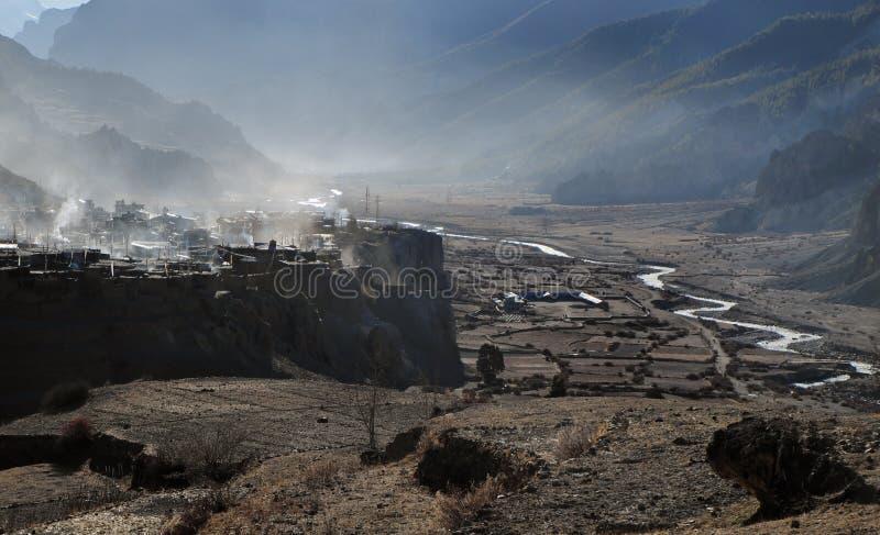 Hög-berg nepalesisk stad Manang fotografering för bildbyråer