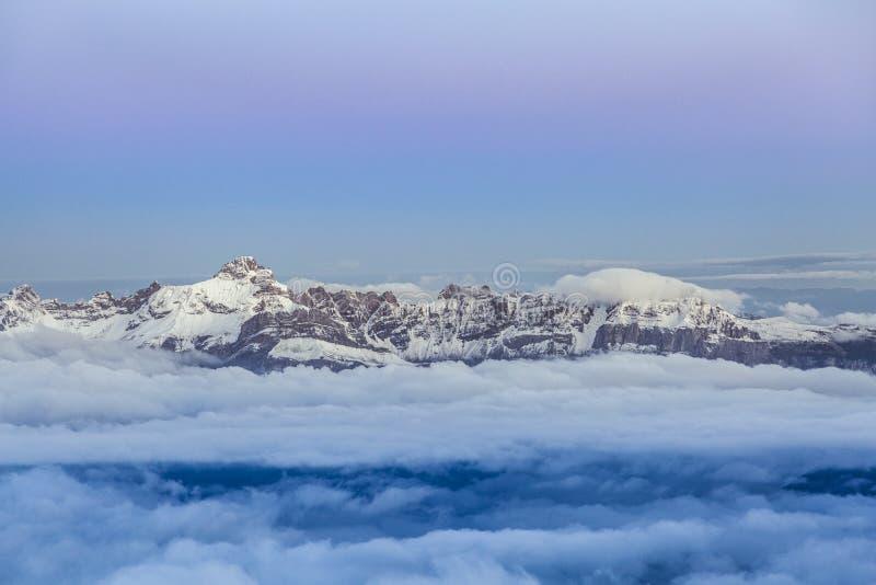 Hög bergskedja under soluppgång i de franska fjällängarna arkivfoto