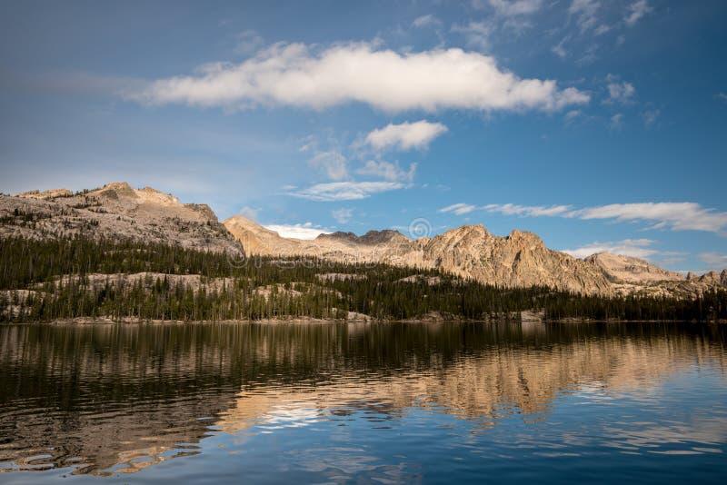 Hög bergskedjareflexion i sjön royaltyfria bilder