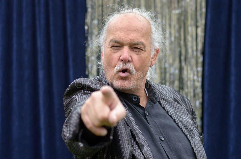 Hög bli skallig man som pekar på kameran fotografering för bildbyråer