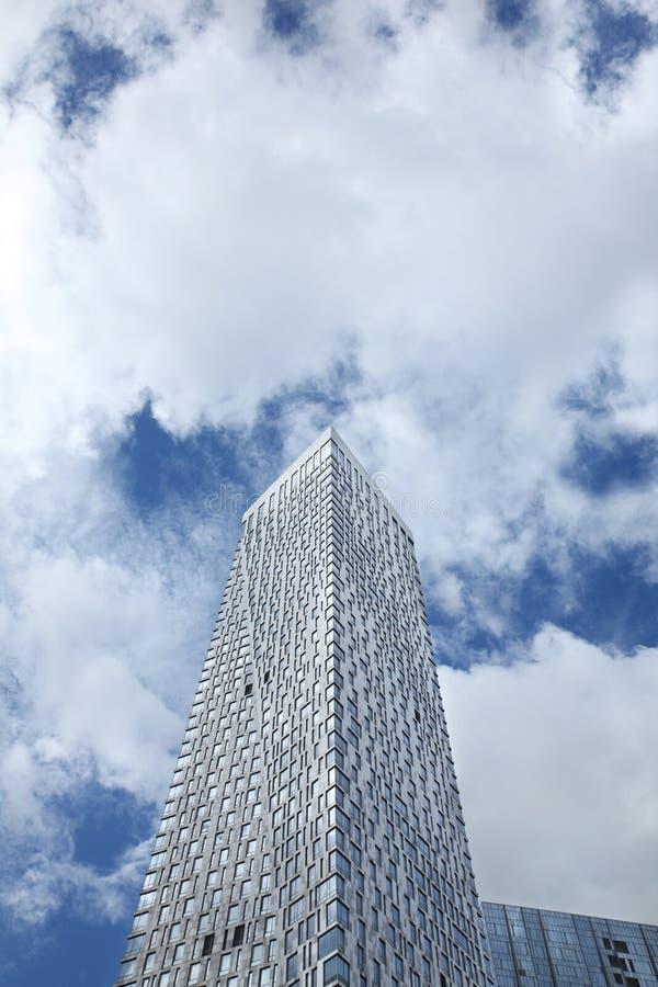 Hög bostads- byggnad på bakgrunden av blå himmel med moln moscow 07 09 2016 arkivfoton