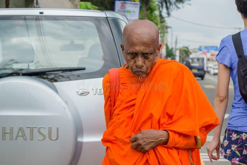 Hög buddistmunk som går på gatan royaltyfria foton