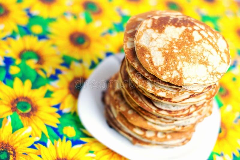 Hög bunt av pannkakor Frukost för den hela familjen arkivbilder