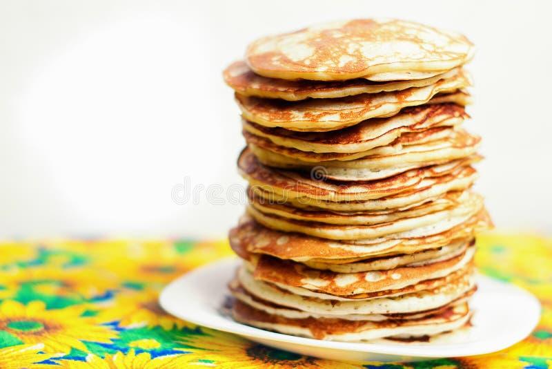 Hög bunt av pannkakor Frukost för den hela familjen arkivfoto