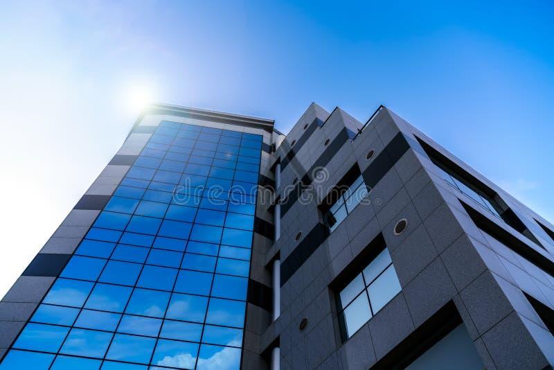 Hög byggnad med att avspegla fönster arkivfoto