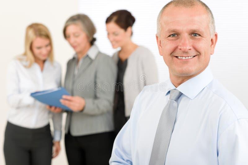 Hög chef för affärslag med lyckliga kollegor arkivfoton