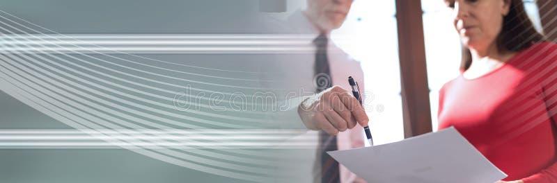 Hög chef som arbetar med den utövande assistenten panorama- baner arkivbild