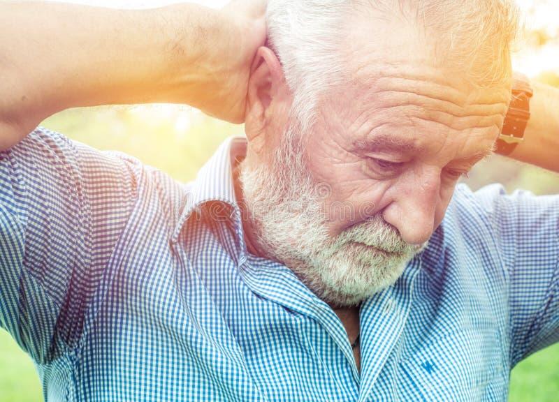 Hög Closeupstående, äldre ledsen medelålders skäggig man, djupt i tanke och att tänka och att realisera sanning som ner som ser ä arkivbild