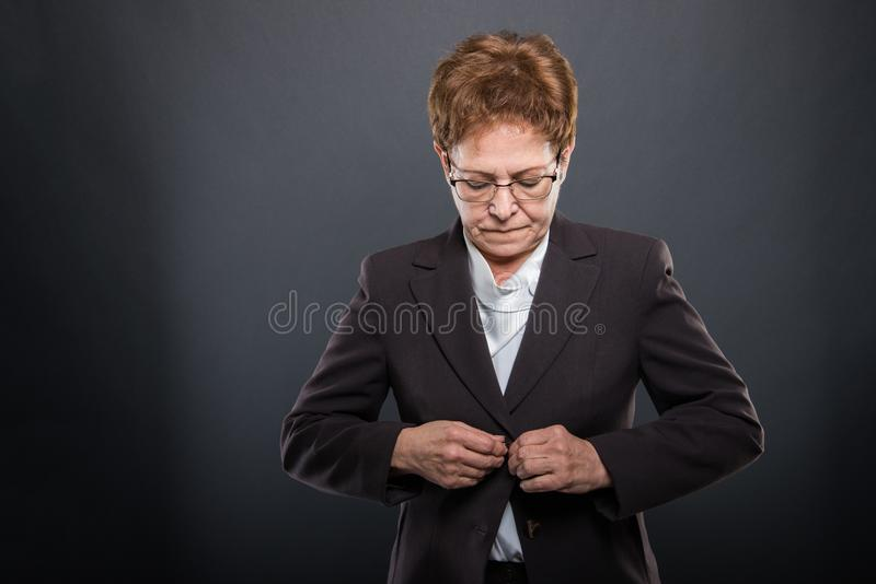 Hög dam för affär som poserar knäppas hennes omslag royaltyfria foton
