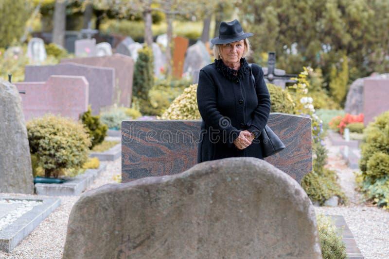Hög dam i sorg på en graveside fotografering för bildbyråer
