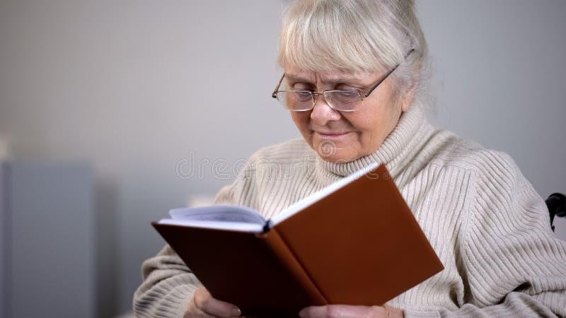Hög damglasögonläsebok, pensionfritid, hobby för fri tid, utbildning arkivfoto
