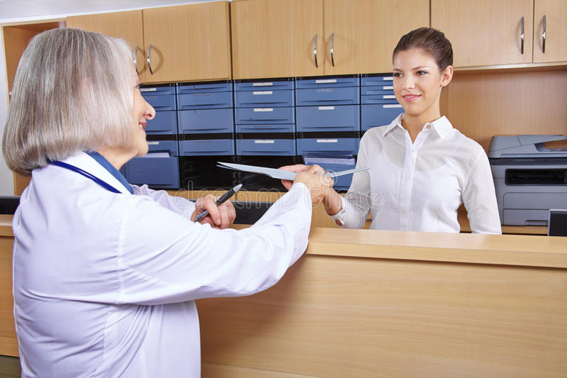 Hög doktor på sjukhusmottagandet arkivbilder