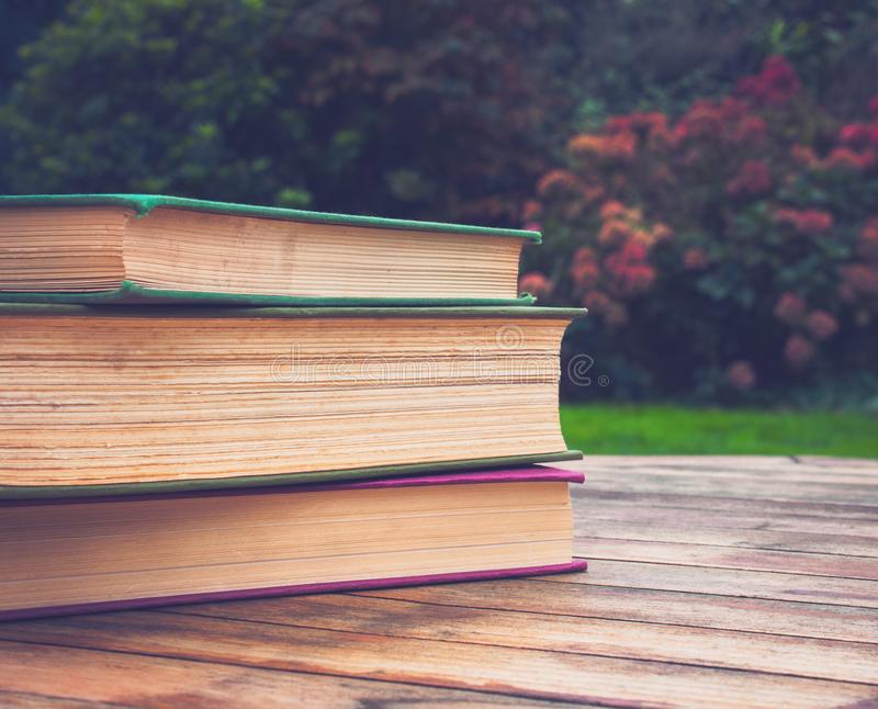 Hög eller bunt av böcker arkivfoton